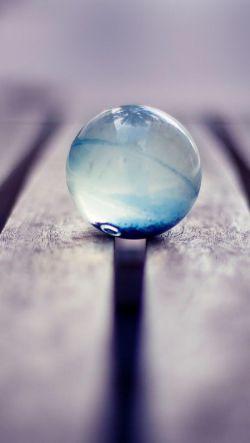 تنهایی تو به عمق لیوانیست که دست گرفته ای مثل آب خوردن پر می شود تنهایی من اما مثل حبابی روی آب است که نمی داند قرار است نابود شود یا در آغوش حباب دیگری  بزرگتر!