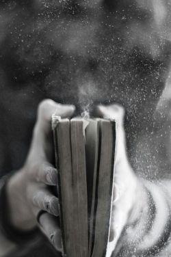 انگشتانم که لای ورق های دیوان حافظ میرود دست دلم میلرزد! اما به خواجه میسپارم تا امید را از دلم نگیرد دلم میخواهد همیشه بگوید یوسف گمگشته بازآید به کنعان غم مخور ...