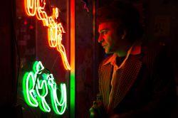 حمیدرضا آذرنگ در نمایی از سریال «دندون طلا» اثر داوود میرباقری
