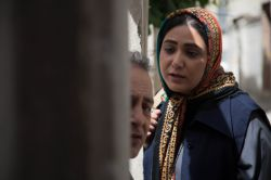 باران کوثری و حمیدرضا آذرنگ در نمایی از سریال «دندون طلا» به کارگردانی داوود میرباقری
