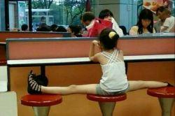 یه حرکت خیلی معمولی از بچه های چینی برا گرفتن جا واسه دوستاشون!!!