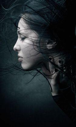 جانم را با دو دستم احساس کردم       تا ببینم آیا هنوز بر جاست-          روحم را روبروی آیینه گرفتم     تا از وجودش مطمئن تر شوم-
