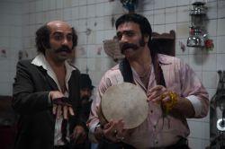 (از راست) انوش معظمی و فرزین صابونی در نمایی از سریال «دندون طلا» به کارگردانی داوود میرباقری