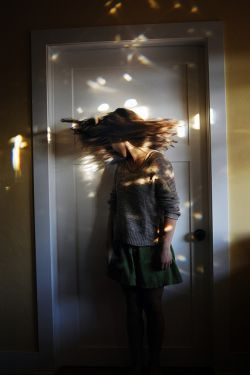 درهــا دروغ مـے گوینـد . . .  به درونـت مےكشـند و   مے برند   به سمـت دیگـر دیوار _ دیوارهـا دیوانه مے كنند ,  درهـا در به در ...  (شهاب مقربین)