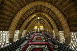 مسجدی بابرگ درخت خرما نما داخل