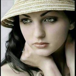 چه پیشوند عجیبی است کلمه ی خانم همین که پیش اسمت مینشیند تمام سر خوشی و بیخیالی را از تو میگیرد و به جایش وزنه ی وقار و متانت را روی شانه ات میگذارد  نه اینکه بد باشد ، نه ، فقط خدا کنه آنقدر سنگین نشود که دخترک درونم زیر سنگی بمیرد ...