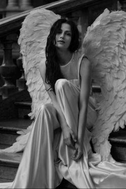من یک دخترم '''چون پاک هستم ومهربان ''''من قوی ام ''چون ضعفهای خودم را میدانم ''من زیبایم ''چون عیبهای خودم را میدانم ''''من عاقل ام ''چون از اشتباهات خودم درس میگیرم ''''من عاشقم ''چون نفرت را حس کرده ام ''''من یک فرشته ام ''چون لطف ومهربانی خدا را همراهم دارم ''''''