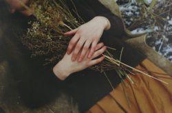 در لحظه به تو دست میسایم و جهان را در مییابم، به تو میاندیشم و زمان را لمس میکنم معلق و بیانتها عُریان.   میوزم، میبارم، میتابم. آسمانام ستارگان و زمین، و گندم عطرآگینی که دانه میبندد رقصان در جان سبز خویش.   از تو عبور میکنم چنان که تُندری از شب ..  میدرخشم و فرومیریزم ..