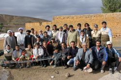 شهرستان ورزقان - بعد از زلزله - تیم بسیج سازندگی ، جمعی از مسئولین محلی ، به همراه گروه اعزامی از تهران برای انتقال کمک های مردمی شهروندان تهرانی به مردم زلزله زده این شهرستان