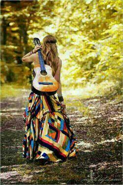 زنی با تار تنهایی لباس تور می بافد ... زنی در کنج تاریکی نماز نور می خواند ... زنی خوکرده با زنجیر زنی مانوس با زندان تمام سهم او اینست نگاه سرد زندانبان ... زنی را می شناسم من که می میرد ز یک تحقیر ولی آواز می خواند که این است بازی تقدیر ... زنی با فقر می سازد زنی با اشک می خوابد زنی با حسرت و حیرت ، گناهش را نمی داند ... تقدیم به زنان سرزمینم