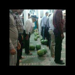 خودروی کامیون حامل هندوانه در روبروی مسجدی دریزد واژگون نمازگزاران یزدی اقدام به بردن هندوانه ها ی مردم کردند