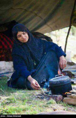 بانوی بختیاری در حال پخت غذا