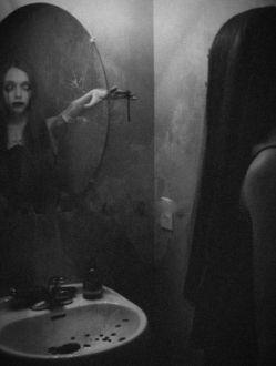 درونِ آیینه به آن دخترکِ چشمـ سیآه مینگرمـ .. نعــره میـزند بی ـشـرمیَـش رآ .. جلـوـیِ دهآنـش رآ میـگیـرمـ .. ولـــــی مـرآ درسیآهیـش غـرق می ـکند غــرقِ در خلـاء .. پــــوچــی ..