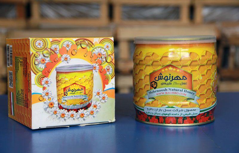 شهد عسل 100 درصد طبیعی مهرنوش  این شهد عسل 100 درصد طبیعی بوده و برای بیماران دیابتی نیز قابل استفاده می باشد. چرا که در تولید این عسل از شربت شکر برای تغذیه زنبورها استفاده نشده و زنبور از گل ها و گیاهان اقدام به جمع آوری شهد کرده است. خرید پستی عسل 100 درصد خالص و طبیعی مهرنوش  در بسته بندی 1 کیلوگرمی  وزن بسته دریافتی شما 1150 گرم خواهد بود