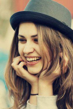 ای کاش زنی بخندد و هوا پُر شود از طعمِ احساس ...