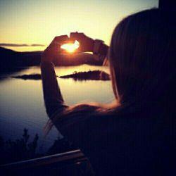 """مهربان""""بودن مهمترین قسمت""""انسان""""بودن است.این""""دل""""انسان است که او را""""سعادتمند""""و""""ثروتمند""""می کند.انسان با آنچه که""""هست""""ثروتمند است،نه با آنچه که دارد.""""آرامش""""سهم کسانی است که""""بی منت""""میبخشند.""""بی کینه""""می خندند.ودرنهایت با""""سخاوت""""محبتشان را اکرام می کنند."""
