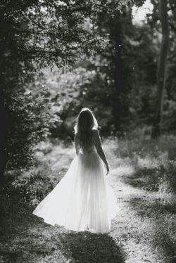 مـن از تـنـهـایـیـم بـه او هـیـچ نـگـفـتـم . .  او اگـر مـی تـوانـسـت،  اگـر مـی خـواسـت، مـی مـانـد . .  گـاهـی فـکـر مـی کـنـم لـال بـه دنـیـا آمـده ام!  تـقـصـیـر مـن نـیـسـت کـه مـردم  بـایـد حـرف هـایـم را از چـشـم هـایـم بـخـوانـنـد . . .