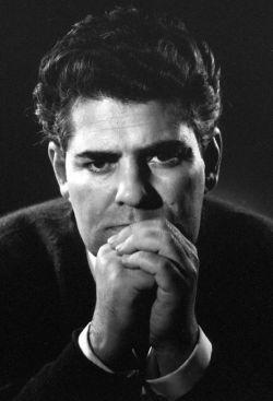 زیباترین حرفت را بگو! شکنجه ی پنهان ِ سکوت ات را آشکاره کن! و هراس مدار از آنکه بگویند ترانه یی بی هوده می خوانید، چرا که ترانه ی ما ترانه ی بی هوده گی نیست چرا که عشق حرفی بیهوده نیست /احمد شاملو/