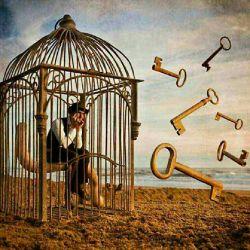 مرد زندانی می خندید.. شاید به زندانی بودن خویش شاید هم به آزاد بودن ما... راستی زندان کدام سوی میله هاست؟؟؟