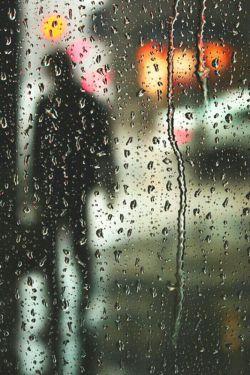 دلم برای باران تنگ شده است دلم برای صدای قطره هایش تنگ شده است دلم تنگ است برای پرسه زدن زیر باران بارانی که به من آموخت رسم زندگی را ......دلم تنگ است برای صدای غرش آسمان برای ابرهای سیاه سرگردان ......در آن روزها بارانی بود برای قدم زدن در زیر آن و خالی کردن دل های پر از غم .....مدتی است که دیگر نه بارانی هست و نه ابری این روز ها تنها یک قلب هست پر از درد که نمیداند درددلش را به چه کسی بگوید