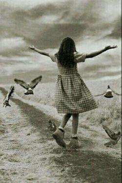 کافی است به چشم هایت بیاموزی که چشم ایینه روح است وعشق ومهربانی رامی توان بانگاه درتمام عالم پراکند ،کافی است یادبگیری انسان بودن فقط زنده بودن نیست،باید ❈زندگی ❈ کرد،وزندگی چیزی جزمهربانی وعشق ورزیدن به افریده های خداوند نیست....♥