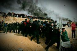 """عکس """"وادد بالیلتی"""" که برنده جایزه پولیتزر نیز شد. در این عکس که در سال 2007 گرفته شده یک زن در مقابل نیروی امنیتی اسرائیل که میخواهند او را از خانه و کاشانهاش برون کنند ایستاده است."""
