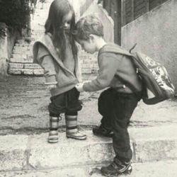 امروز تمام آدمهای اطرافمان را خوب نگاه کنیم و قدرشان را بدانیم.وقتی کسی در کنارت هست، خوب نگاهش کن: به تمام جزئیاتش به لبخند بین حرفهایش به سبک ادای کلماتش  به چشمهایش خیره شو دستهایش را به حافظه ات بسپار گاهی آدمها آنقدر سریع میروند که حسرت یک نگاه سرسری را هم به دلت میگذارند...