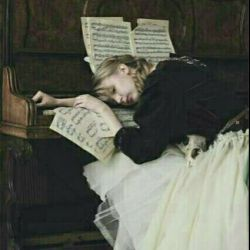 شکستم آنقدر آهسته، که صدای شکستنم کسی را آزار ندهد من شکستم آنقدر آهسته که صدای شکستنم را فقط دیوارهای اتاقم شنیدند و نم پس ندادند صدای شکستنم را قلم و کاغذ شنیدند و شعر پس دادند صدای شکستنم را خدا شنید و سکوت جواب داد می دانی؟ اهل گریه نیستم فقط بغض میکنم این سخت تر از هر چیزیست بغض داشته باشی و بخندی بغض داشته باشی و درس هم بخوانی خیالت راحت! از درون شکستم گفتم که صدای شکستنم را هیچکس نفهمید