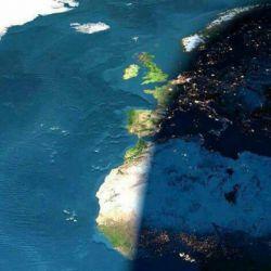 مرز بین شب و روز...این عکس توسط ناسا گرفته شده،فوق العاده است:-)