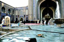 من که در صحن تو از هر دو جهان آزادم... بیشتر معتکف مسجد گوهرشادم...