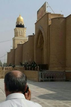 مسجد کوفه توش یه ستون تقریبا بزرگ هست که اون موقع ها وقت اذان رو ازش میدیدند. کنارش مقام پیامبر اعظم(ص) است