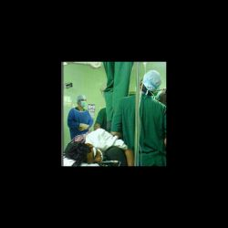 بیمار در بیمارستان بندرعباس بعنوان زیر پایی چهارپایه جهت تعویض لامپ استفاده میشود