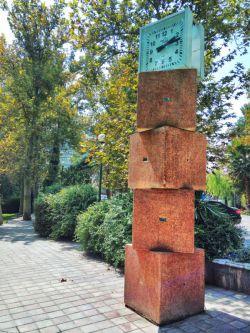 ساعتش را می کشد پاییز یک ساعت عقب / وای اگر بر هم خورد قول و قرار عاشقی.. ///پ. ن : یک ساعت را دوبار زندگی کنید . این هدیه پاییز است  --- عکس : پارک لاله . تهران