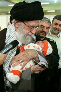 اذان و اقامه آقا در گوش نوزاد