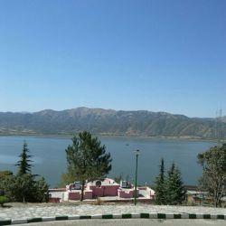 نمای زیبای دریاچه زریبار از مجتمع جهانگردی مریوان