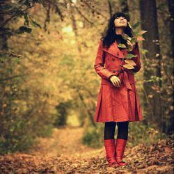 وقتی آدم یک نفر را دوست داشته باشد بیشتر تنهاست.  چون نمی تواند به هیچ کس جز به همان آدم بگوید که چه احساسی دارد.  و اگر آن آدم کسی باشد که تو را به سکوت تشویق می کند، تنهایی تو کامل می شود.