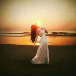 نزدیکت می شوم بوی دریا می آید، دور می شوم صدای باران، بگو تکلیفم با چشمهایم چیست؟ لنگر بیندازم و عاشقی کنم، یا چتر بردارم و دلبری کنم؟