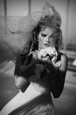 تو نمیخواهی عزیزت بشوم زور که نیست/یا نگاهم بکند چشم تو مجبور که نیست/شده یک بار بیایی به دلم سر بزنی،با توام!خانه ی تنهایی من دور که نیست/آنکه با دسته گلی حرف دلش را میزد،پر درد است ولی مثل تو مغرور که نیست/نازنین!عشق که نه،اخم شما قسمت ماست،عاشقی های تو با این دل رنجور که نیست/تو مرا دیدی و از دور به بیراهه زدی،تو نگو نه،دل دیوانه من کور که نیست/خواستم دل بکنم از تو ولی حیف نشد،لعنتی غیر تو با هیچ کسی جور که نیست/مشکل اینجاست نگفتی تو به من،می دانم،تو نمی خواهی عزیزت بشوم زور که نیست