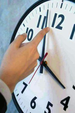 """ساعت زندگیت را """"به افق آدمهای ارزان قیمت """" کوک نکن... یا """"خواب میمانی"""" یا """"عقب""""...!"""