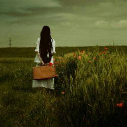 یک نامه ام بدون شروع و بدونِ نام،،امروز هم مطابقِ معمول ناتمام،،خوش کرده ام کنارِ تو دل واکنم کمی،،همسایه ی همیشه نا آشنا،سلام،،از حال وروز خود که بگویم حکایتی ست،،یک صفحه زندگانی بی روح وکم دوام،،جویای حال از قلم افتاده ها مباش،،ایّام خوش خیالی وبی حالی ات به کام،،دردی دوا نمی کند از متن تشنه ام،،چیزی شبیه یک دلِ در حال انهدام،،باشد برای بعد،اگر حرف دیگری ست،،تا قصه ای دوباره از این دست،والسلام.