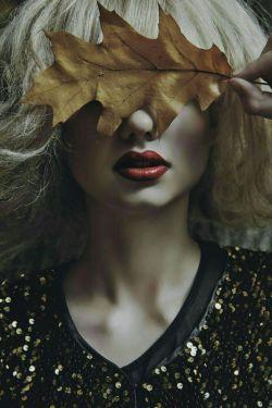 منطـقِ پاییز؛ مثلِ بی مـنطقیِ زنی ست ، که وقتی دارد از زندگی مردی می رود ؛ موهایش را رنگ می کند! مثل منطقِ مردی ، که می افتد! وقتی باور کند زنش با دیگری ست . .