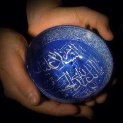 """بوی عطر عجیبی داشت  نام عطر را که می پرسیدم جواب سربالا میداد  شهید که شد  تو وصیت نامه اش نوشته بود  به خدا قسم هیچ وقت عطر نزدم  هر وقت خواستم معطر بشم از ته دل گفتم:  """" السلام علیک یا ابا عبد الله حسین """""""