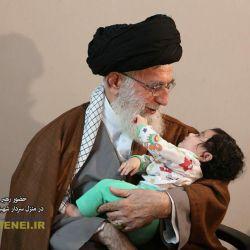 حضور حضرت آقا در منزل سردار شهید همدانی  حق همینست که مبهوت رخ ماه شوی ...