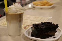 کیک شکلاتی و کافه گلاسه مخصوص شکمو ها