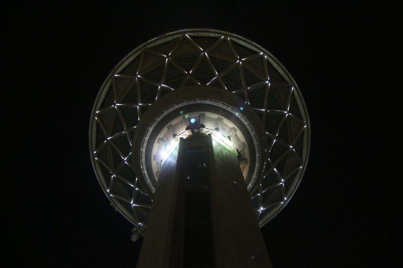 برج میلاد - نمای بسته - شب بهاری