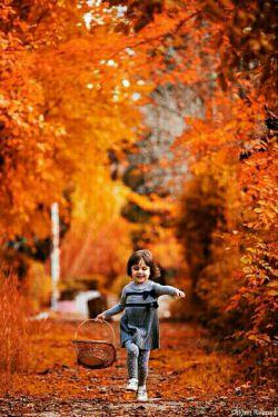 دوست دارم با تو باشم دوست دارم آفتاب پاییز را با تو طی کنم عصارهء خورشید را با تو بنوشم تن آسایی های آبان را با تو تقسیم کنم دوست دارم انار و گلپر را از دستان تو بگیرم و در نگاهت ببینم که جهانی دیگر در قلب تو بنا می شود  میدانم که عشق  از تلاش دو نگاه برای رسیدن زاده می شود میدانم که باید دید تا توانست رسید پس در کنارت می مانم و به تو نگاه می کنم دوست دارم که نگاهم از چشمان تو بگذرد و در قلبت بنشیند  و نام مرا زمزمه کند