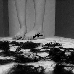 دُختَری کِه موهاشو کوتاه میکُنه ، یَعنی یِ تَحَول بُزُرگ تو زِندِگیش اِتِفاق اُفتاده ... . rOsHa