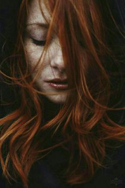 بی تو مثل یه دریام . .  که غرقم تو دردام . .  خسته ام از این همه بغض بی سرانجام . . غمت تنها ترم کرد . .   رفاقت کن و برگرد . .