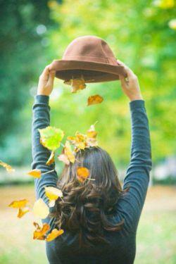 پاییزღ تنهایی را پررنگ تر میکند↻.... پاییز ✍جان می دهد برای عاشقی کردن∝برای دوتایی بودن∝شریک شدن یک چتر زیر نم باران∝قدم زدن پهلو به پهلو و سکوت و خش خش زرد و نارنجی برگهای چنار ...↻پاییز را سخت میشود تنهایی گذراند ....