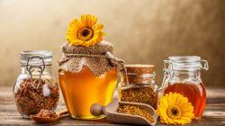 سلام دوستانه گل و گلاب ، رسول اکرم (صلی الله علیه و آله و سلم) میفرمایند : سه چیز است که تن به واسطه آنها شاداب میشود و رشد میکند :   بوی خوش ، جامه نرم و نوشیدن عسل